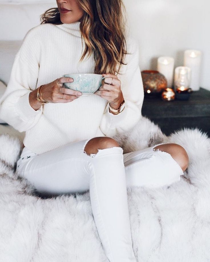 White jeans and a cozy sweater with minimal jewellery because when you're head-to-toe white, you're already dazzling!
