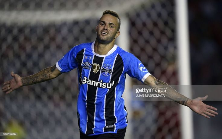 Brazil's Gremio forward Luan celebrates after scoring a goal against Argentina's Independiente during their Recopa Sudamericana 2018 first leg final football match at Libertadores de America stadium in Avellaneda, Buenos Aires on February 14, 2018. / AFP PHOTO / Juan MABROMATA