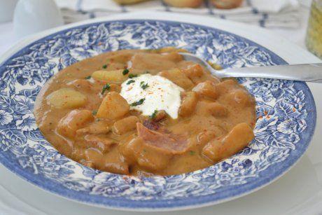 Kartoffelgulasch ist in ganz Österreich beliebt. Ein köstliches Kartoffelgulasch-Rezept ist dieses aus Tirol.