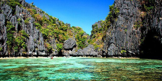 Dette er en helt unik tur, hvor man oplever et af de smukkeste steder på jorden. Ud over Coron og El Nido, som hver for sig byder på fantastiske natur oplevelser, så skal I undervejs på et 5 dages øhop. Det er en enestående oplevelse, en mageløs expedition, der vil tage jer til steder i ikke trode eksiterede. I sejler fra Coron til El Nido og undervejs sejler I ind til øde øer, strande og laguner, steder men normalt aldrig ville opleve, da man kun finder de her øde paradis steder med båd.