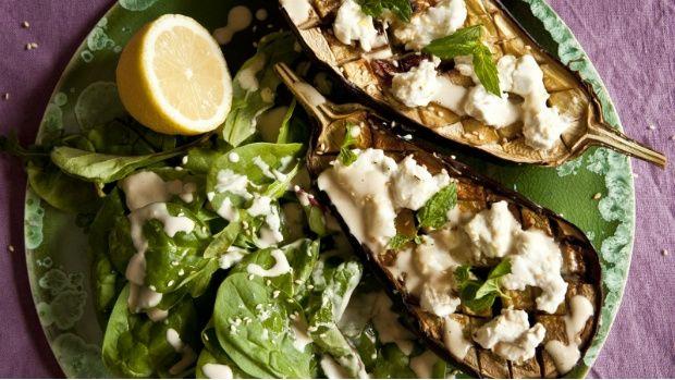Marocká kuchyně je velmi pestrá, se širokým spektrem chutí, s kterými si hraje s absolutní lehkostí. Zapečený lilek je velká dobrota, kterou můžete servírovat jako okouzlující předkrm nebo lehké hlavní jídlo. Otestujte tento recept spolu s Markétou z food blogu Kitchenette.cz.