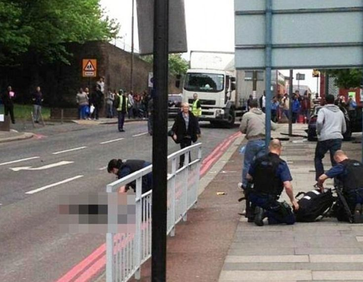 La polizia britannica sta trattando luccisione di un soldato a colpi di machete nellest di Londra come un attacco terroristico. Il ministro dellInterno Theresa May ha convocato una riunione durgenza del comitato Cobra