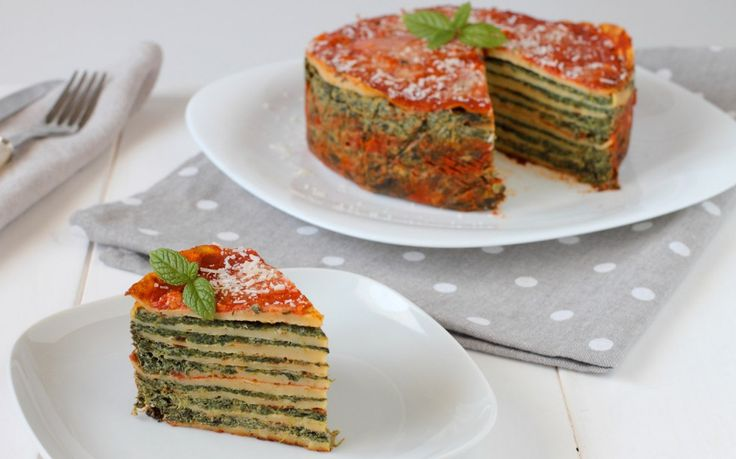 La ricetta della torta di crepes salate è un'idea originale per servire le crepes. In questa ricetta sono farcite con spinaci, ricotta e pomodoro