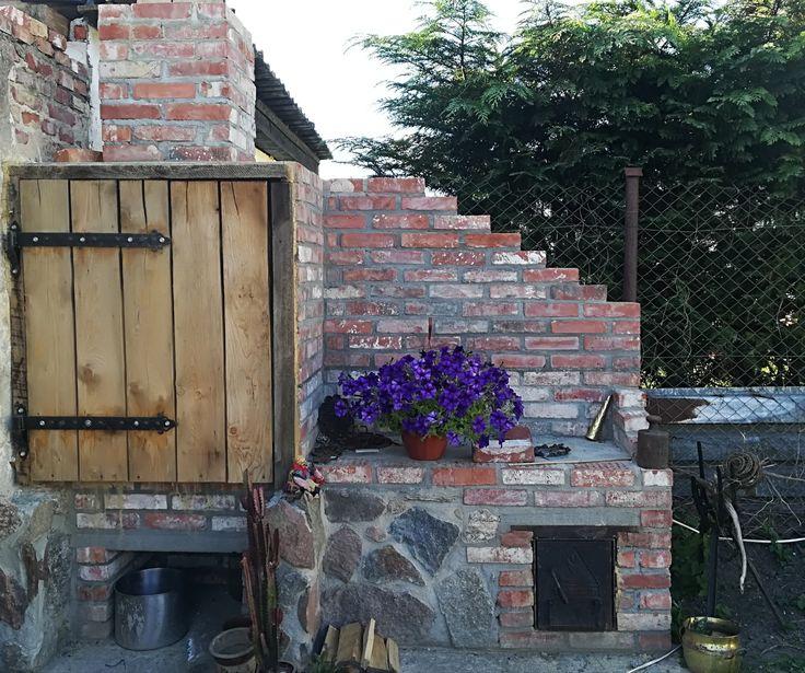 Grill ogrodowy wraz z wędzarnią zrobiony z starej cegły i kamienie