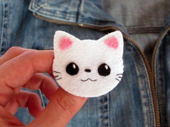 Cette broche en feutrine représente un chat kawaii, avec ses grands yeux noirs, dans le style kawaii japonais. Ce mignon petit chat embellira vos tenues dune touche girly : chemisier, veste, et pourquoi pas votre sac. Elle est réalisée : - en feutrine - entièrement cousue main -