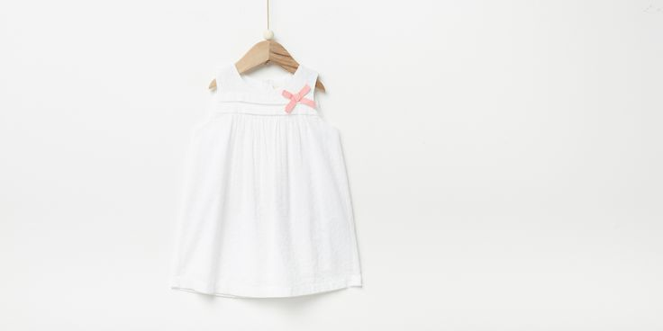 Sfera.com+-+Vestido+bordado+con+detalle+de+lazo.+Manga+sisa.+Cremallera+trasera.+Algodón+100%.+Niños+&+Bebés,Bebé+niña+3-36+meses,Vestidos+028-089988401702+-+http://www.sfera.com/es/ninos-bebes/bebe-nina-3-36-meses/vestidos/vestido-bordado-61b2611/01702/