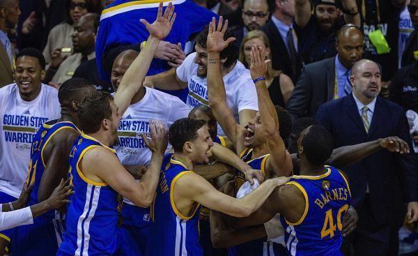 Golden State Warriors vince il suo primo NBA dal 1975 battendo i Cavaliers 105-97 (VIDEO)