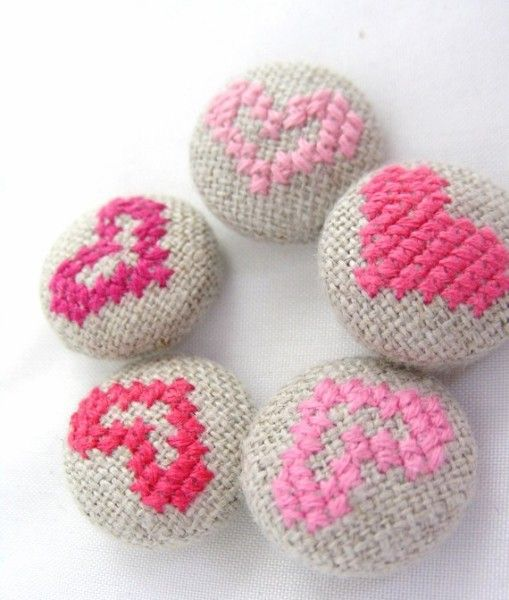 Punto de cruz con corazón broches / cross stitch hearts