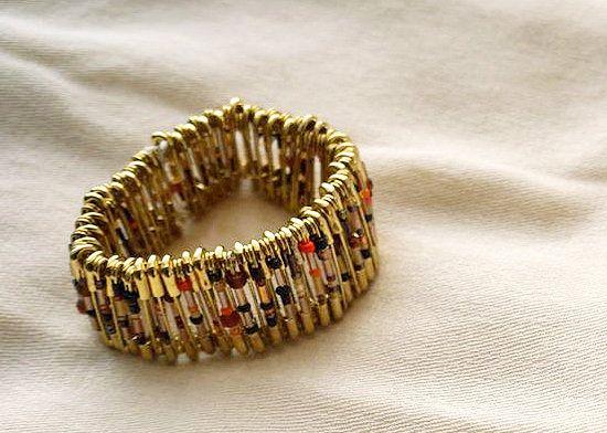 Bracelet en épingles de sûreté                                                                                                                                                                                 Plus