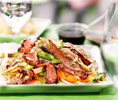 Nudelsallad med dressing är en fräsch och snabblagad sallad med massor av grönsaker, nudlar och en sås av sesamolja, fisksås och ingefära. Servera gärna nudelsalladen till grillad flankstek med hoisinsås.