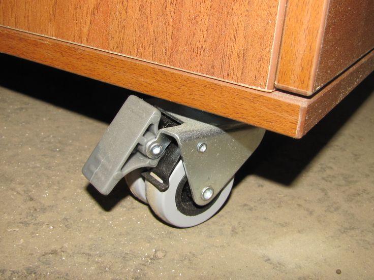 Мобильность стола обеспечивают двойные колеса с фиксацией положения по оси вращения и по ходу перемещения