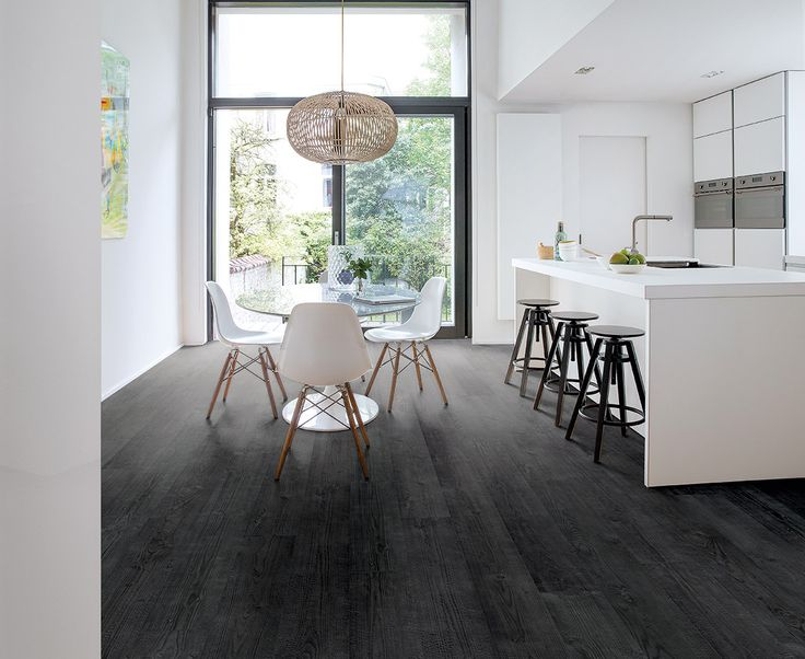 Een dramatische, zwarte vloer  gecombineerd met lichte, neutrale muren kan  een prachtig contrast vormen én je kamer zelfs opklaren. Quick-Step Impressive laminaat burned planks