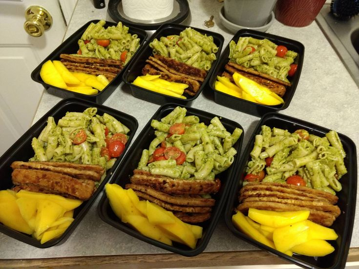 Penne pesto pasta with tempeh and mango slices!