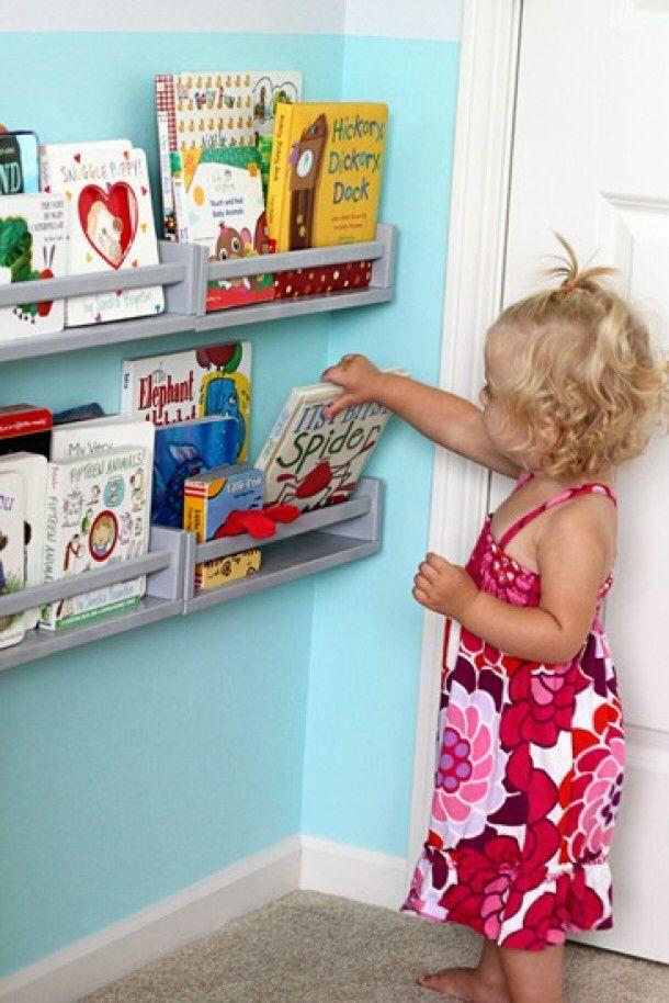 Boekenplankjes voor de kinderboeken. Kruidenrekje van ikea, 3,99. Verfje eroverheen en ophangen als boekenplank!