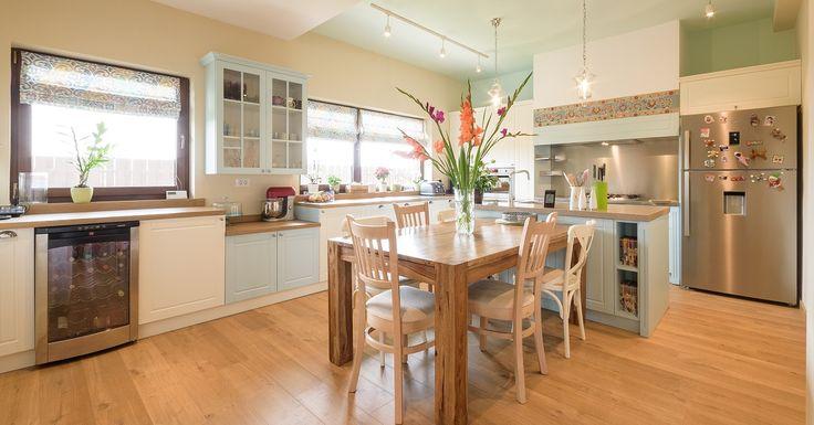 O bucătărie versatilă, spaţioasă şi generoasă, ideală pentru orice pasionat de gătit şi pentru o familie numeroasă. În această bucătărie, elementul central este zona mesei (împărţită la rândul ei între spaţiu de lucru cu blat din quartz şi cel de…