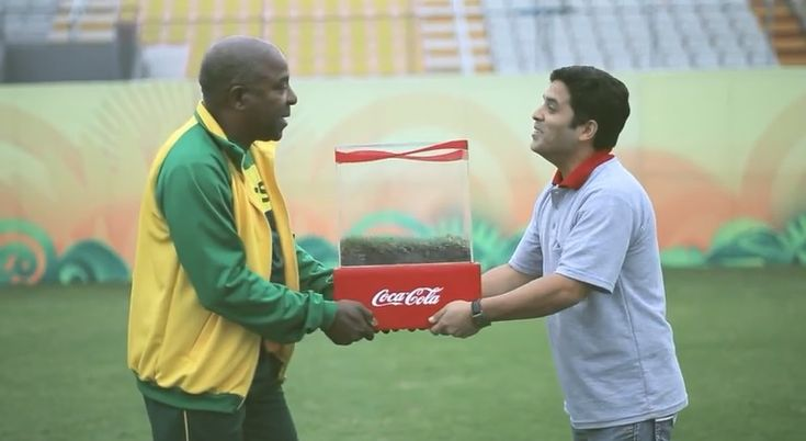 """リマの少年サッカーチームに""""ワールドカップ級""""のピッチを届けた、コカ・コーラのハピネス施策     AdGang"""