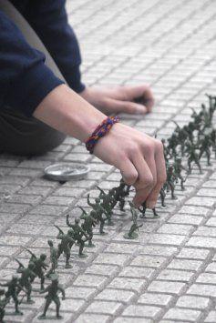 Estudiantes pegaron soldados de juguete frente a La Moneda