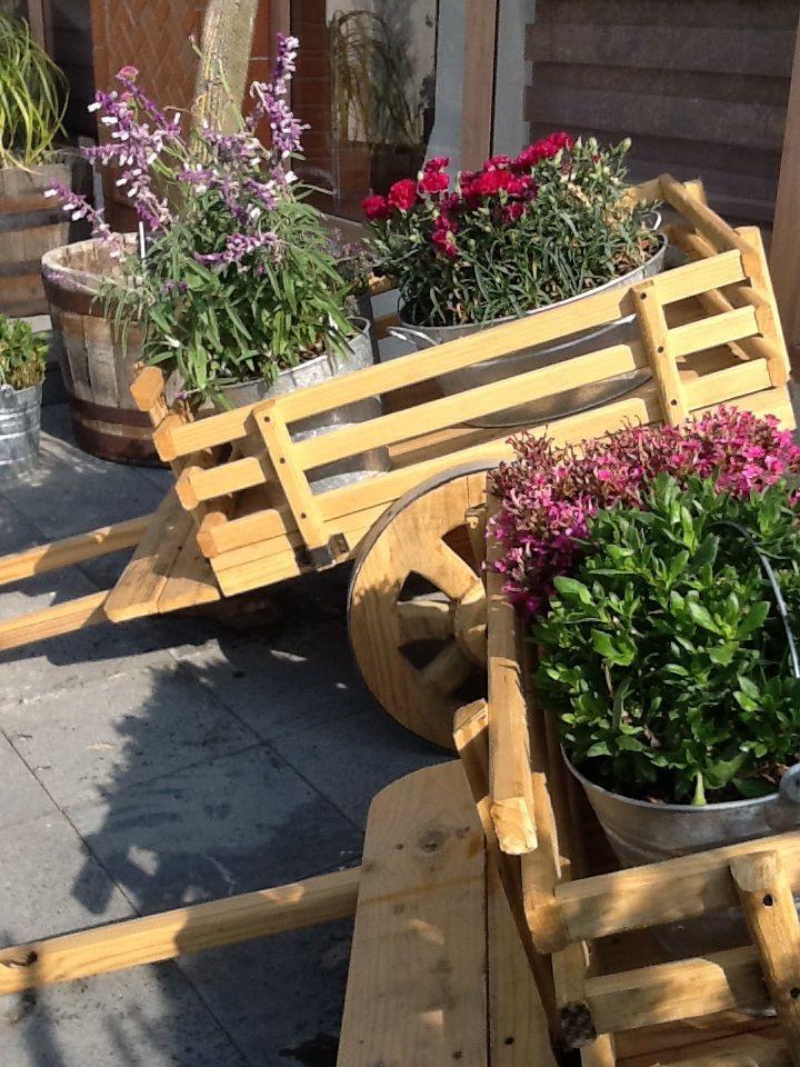 Carretas con flores para la boda el jardin pinterest for Carretillas de madera para jardin
