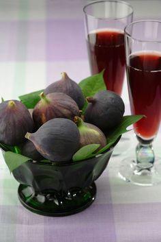 Vin de figues 1l de vodka 5 l de rosé 1, 5 kg de figues sucre 12 feuilles de figuier