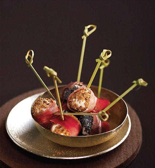 Kwarteleitjes met sesam, maanzaad en gedroogde ham