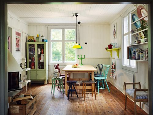 summer home (via Elleinterior.se). NOW THIS IS THE PERFECT COLOR FOR A WOOD FLOOR. LOOKS SO WARM AND FULL OF QUALITY. GREAT LOOKING ROOM. I'D TAKE IT !!!