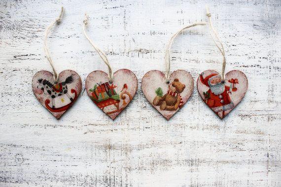 Conjunto de 4 corazones de madera para utilizarlos como ornamentos de la Navidad o la decoración de Navidad en estilo vintage. Están hechos para ser viejo y cutre y lo ven. Hay varios cuadros a cada lado de cada corazón (todas las opciones posibles están en el corazón aparecido).  Precio es por el set de 4 corazones.  Corazones son de madera, color con acrílico de colores, decoupaged y barnizado. Cada corazón es decoupaged en ambos lados, barnizados y también hay hilo rústico para colgar…
