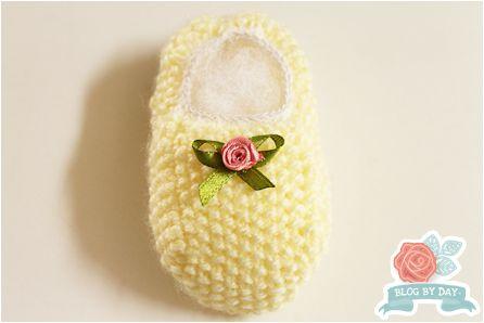 Foto e Execução:  Blog-By-Day.blogspot.com   Fio:  Super Bebê na cor amarela (sobras)   Agulha  de tricô retas: nº 2.5   Lastex e A...