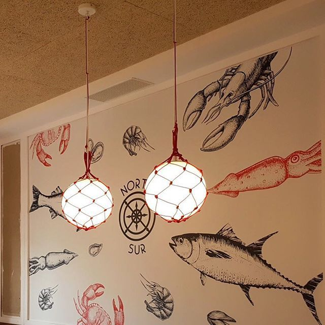 Se dice que a los peces les atrae lo brillante. Diseñado por InOutStudio. Fabricado por #Dajor para @marisquerianortesur . #dajorlightingfactory #lighting #marisqueria #restautante #madrid #decor #iluminacion #marisqueria #estilonautico