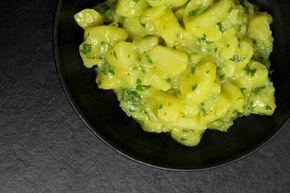 Ein Rezept für einen österreichischen Kartoffelsalat mit Essig und Öl, genau so wie er in Wien zum Schnitzel serviert wird.