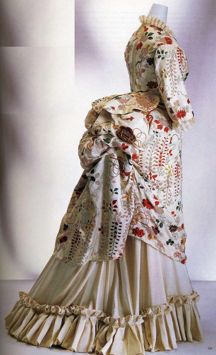 Платье, перешитое из кимоно. 1870-е. Белая ткань кимоно из узорчатого шелкового атласа сибори, вышивка металлическими нитями с изображениями хризантем, пионов и мотивов для китайских вееров, обтянутые тканью пуговицы с японским мотивом на корсаже.