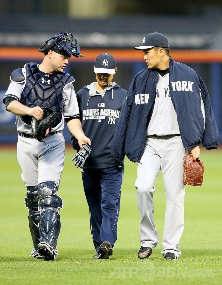14MLB、ニューヨーク・メッツ(New York Mets)対ニューヨーク・ヤンキース(New York Yankees)。試合前に捕手ブライアン・マッカン(Brian McCann、左)と言葉を交わすニューヨーク・ヤンキースの田中将大(Masahiro Tanaka、右、2014年5月14日撮影)。(c)AFP/Getty Images/Elsa ▼15May2014AFP|田中がメジャー初完封で無傷の6勝目、初安打も http://www.afpbb.com/articles/-/3015004 #Masahiro_Tanaka #New_York_Yankees