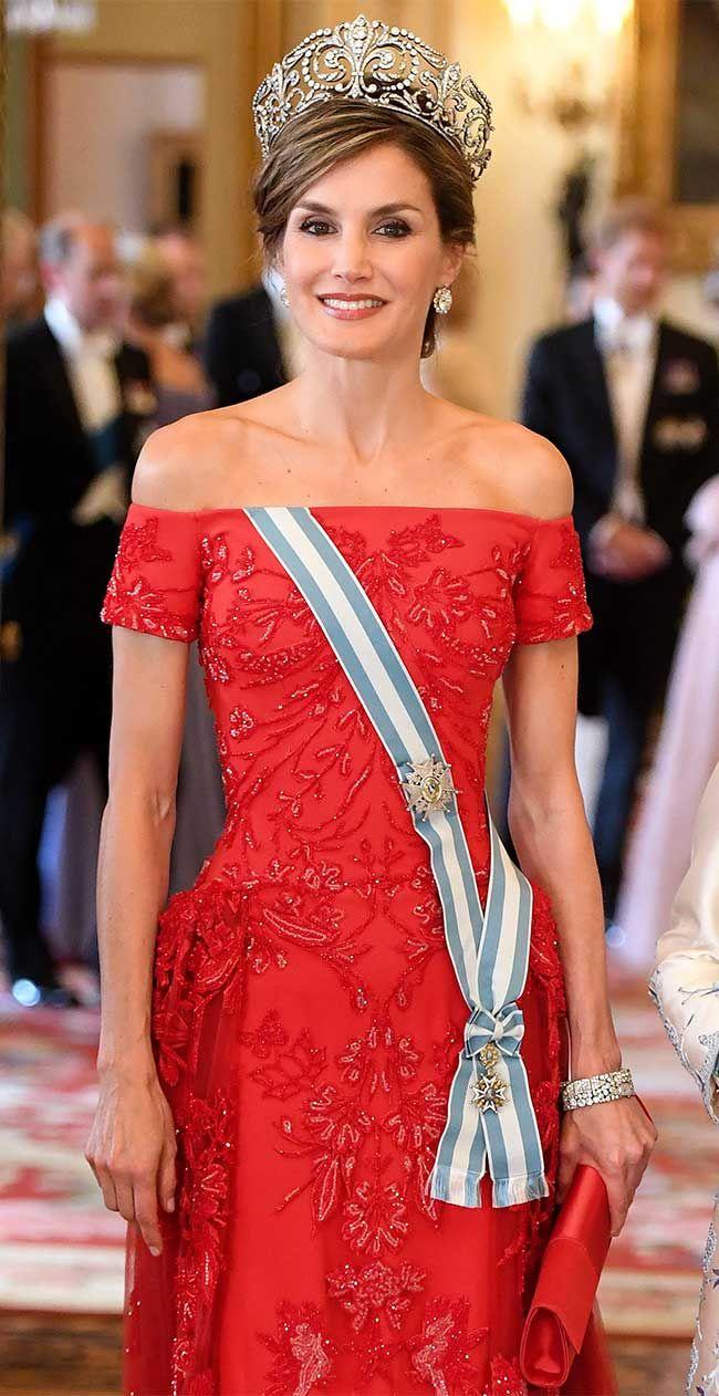 He aquí lo que esperábamos tan ansiosamente: Letizia, vestida de Reina en uno de los templos sagrados de esto llamado Monarquía. El ... Seguir Leyendo
