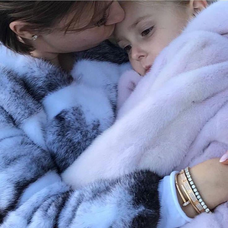 "Polubienia: 24, komentarze: 5 – Murat Sezgin (@muratsezgin) na Instagramie: ""#momanddaughter #love #compassion #peaceful #mink #wrappedinfur #furlovers #kissing #annekiz…"""