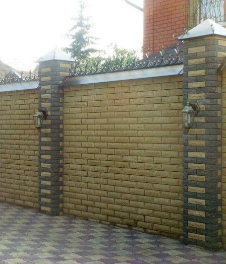 Кирпичный забор частного дома