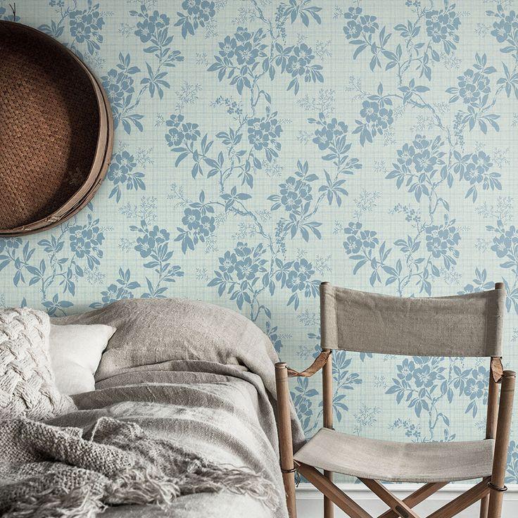 Fint sovrum i blått med blommig tapet. Scandi style country bedroom with flower wallpaper and linen bedlinen.