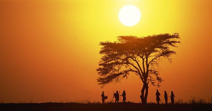 La vida de la gente en la sabana africana. La sabana africana es una pradera tropical que cubre casi la mitad del continente. Es el más grande pastizal en el mundo. Es muy amplia y variable, y los habitantes han adaptado su forma de vivir para sobrevivir. Por lo tanto, el bioma ha sido transformado por las personas que lo habitan, personas que aún viven de manera tradicional.