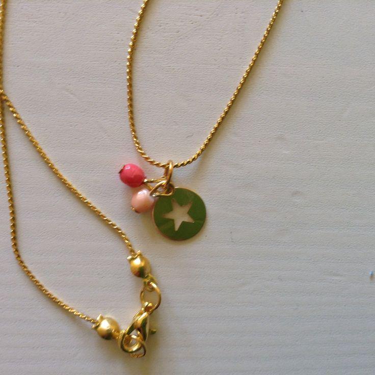 Gargantilla para mujer de cadena con baño de oro, estrella goldfilled y cuentas redondas en tonos coral de Mistrapitos en Etsy