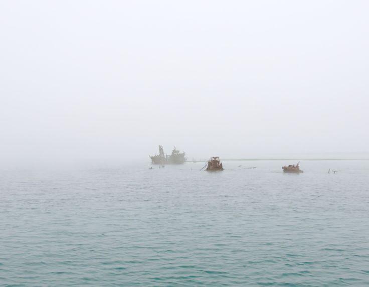 Relitti di vecchie barche, fantasmi nella nebbia.