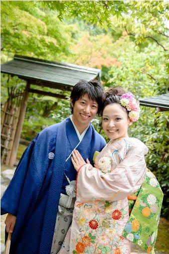 落ち着いた紺色の袴。結婚式に着たい新郎の袴姿。ウェディング・ブライダルの参考に。