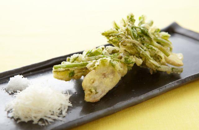 春ならではのせり、新ごぼうをさくさくの天ぷらに。今回はせりの風味を生かし、コクのあるパルメザンチーズを添えてイタリアンテイストで頂きます。もちろん、シンプルに岩塩などで…