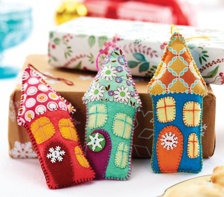 Sew these folksy felt house decorations for your Christmas tree this year. They're super easy to make and take just 30 minutes!