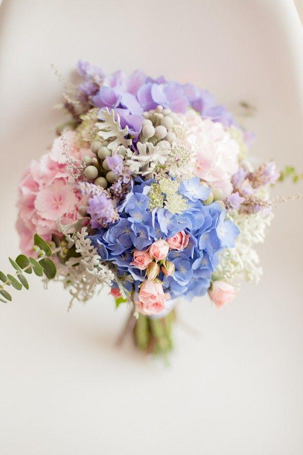 Blauwe hortensia en roze bloemen