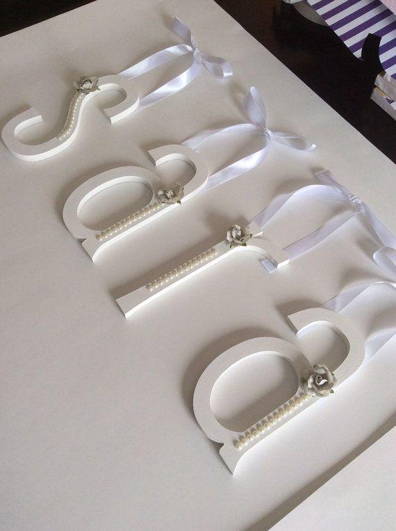 Lettres en bois peintes et décorées avec perles par MissiCreation