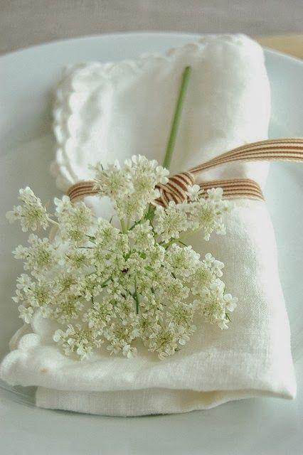 Qual'è lo stile che sceglierei per un matrimonio? Fiori di lillà (o piante aromatiche o fiori di campo con camomilla o sambuco o.... basta....