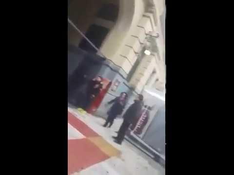 Φασίστας τραμπουκίζει μετανάστες στο σταθμό ΗΣΑΠ του Πειραιά!