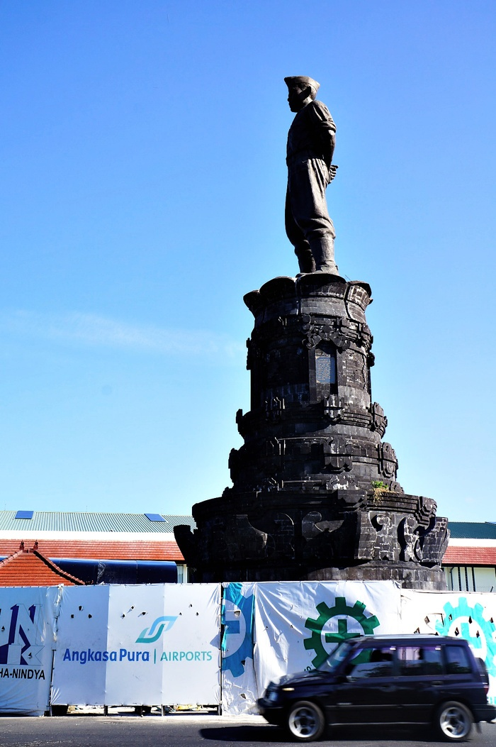 Towering statue: One of the two statues of Ngurah Rai that was built along the road to the airport. Both are facing each other, welcoming travelers that look to use the service of the airport. (Photo by Raditya Margi).