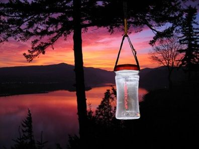 La Lightcap, realizzata in policarbonato, è dotata di un pannello solare che, collegato a due batterie al litio, permette di accumulare un quantitativo di energia che assicura fino a 12 ore di illuminazione continua, alimentando i due Led rosso e bianco selezionabili tramite un interruttore. #ecopensiero http://www.sorgeniaecopensiero.it/2012/06/06/l'efficienza-ambientale…-in-bottiglia/