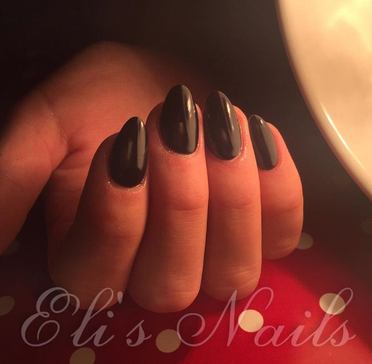 Black nails, Almond nails