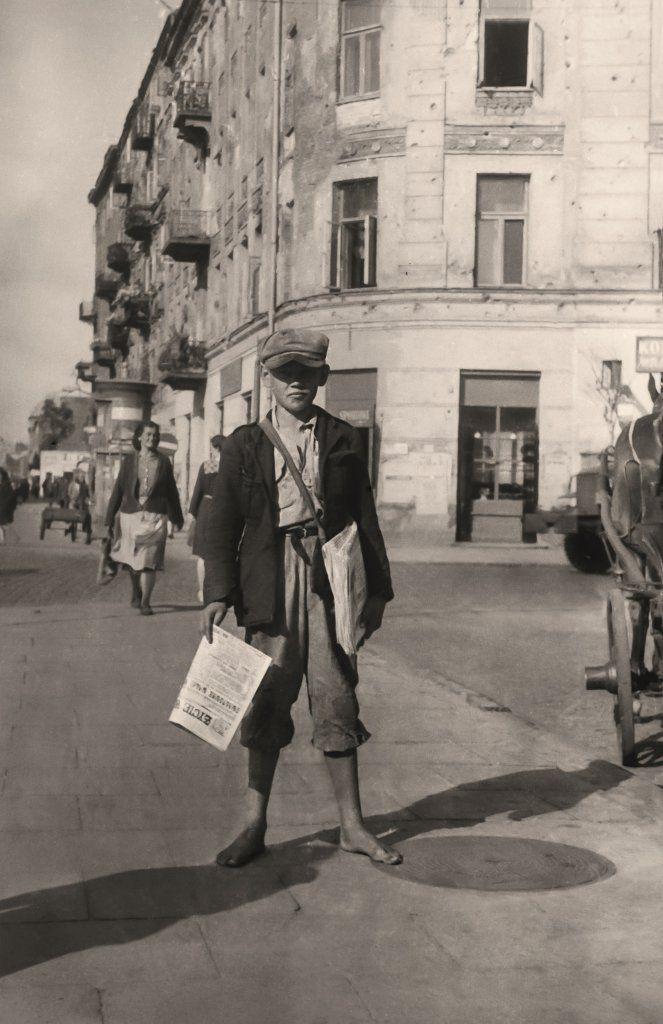 """""""Życie Warszawy""""  zaczęło się ukazywać już 15 października 1944 roku. W latach 40. egzemplarze prosto spod prasy kupowało się od gazeciarzy ..."""
