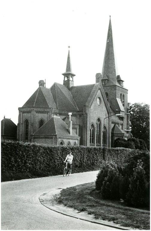 Hooge Mierde, Floreffestraat  met R.K. kerk aan de Schoolstraat Auteur: niet vermeld - 1960 - 1979